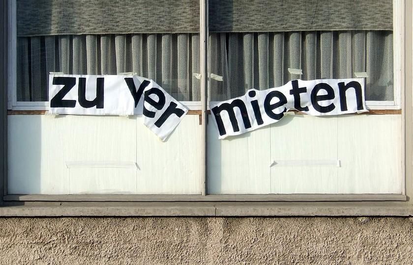 Fenster eines Hauses mit Zu vermieten Schriftzug